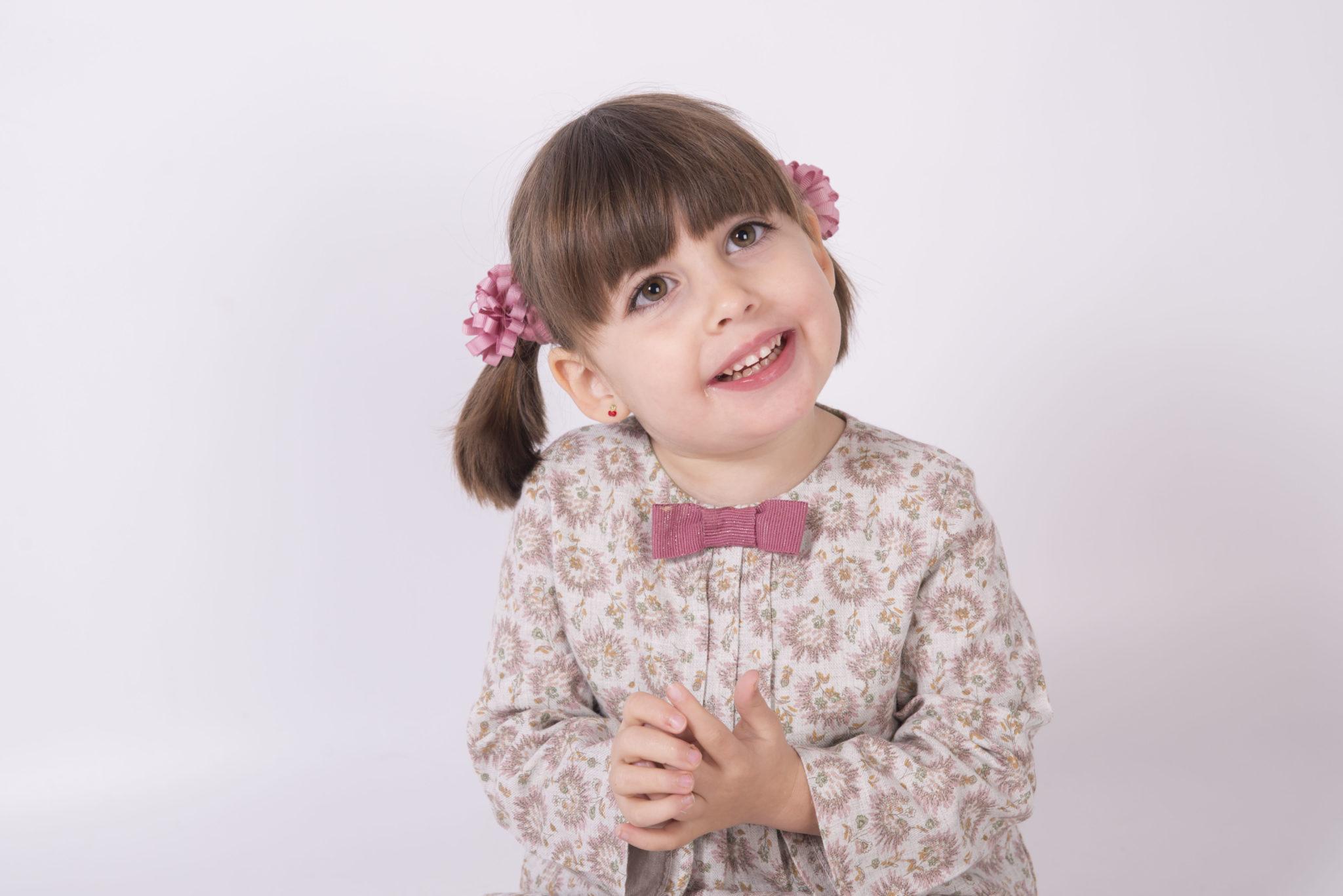 Naroa_Teaming emoción, fuerza, una niña con una lesión cerebral debido a una microcefalia