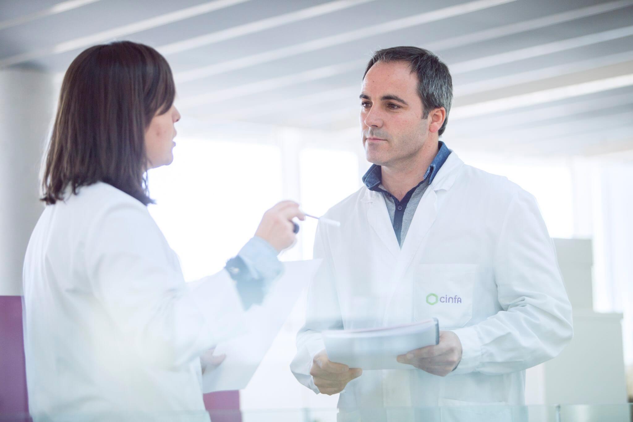 Farmaceúticos de Cinfa trabajando para mejorar su salud