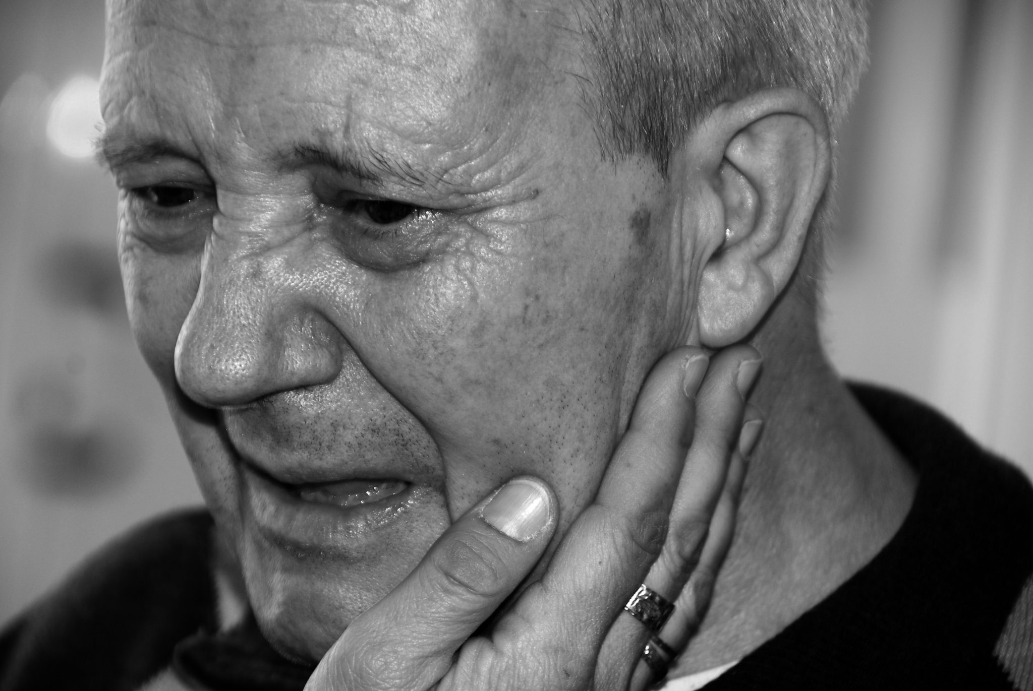 """Cuadro de texto: A la izquierda, la  fotografía que logró el 1º Premio en 2018: """"Aferrada a la vida"""", de Luis Ruiz.  Arriba, la fotografía premiada en segundo lugar: """"Ternura infinita"""", de Jesús María Muñoz."""