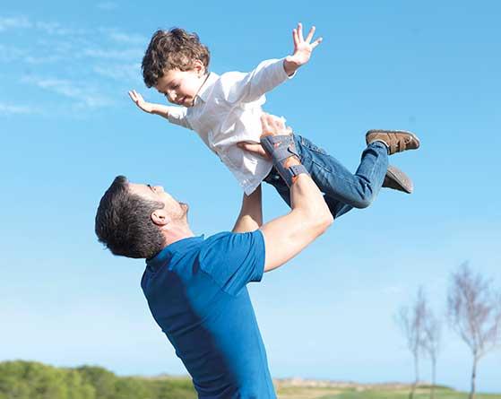 Un padre jugando con su hijo gracias a los productos Orliman