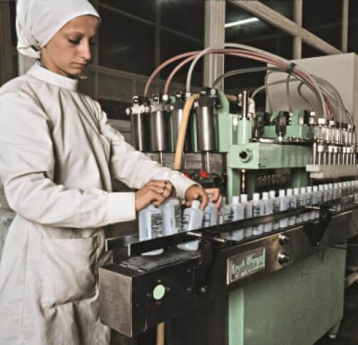 Operaria en la planta de producción de Grupo Cinfa en 1981